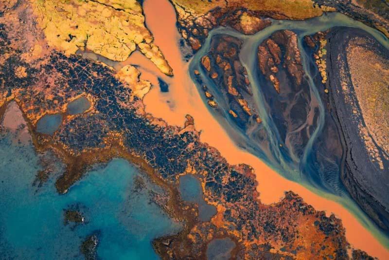 沿海地区的河流结合了许多不同的纹理。它看起来像一幅水墨画。