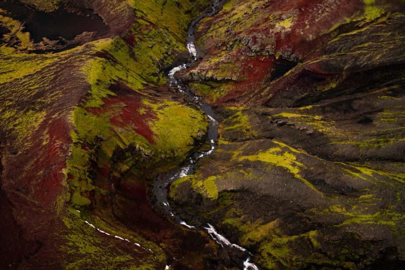 这次飞行是深秋,有很多秋天的红色覆盖了山谷。