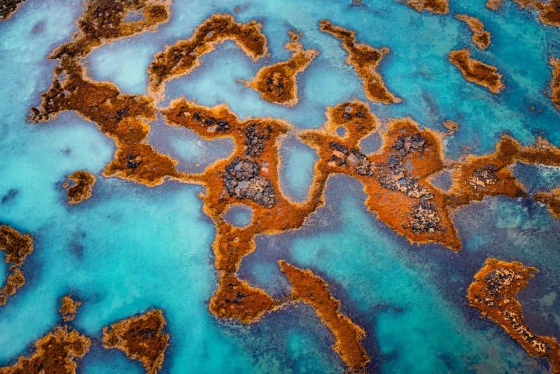 飞行在冰岛海岸上方,有趣的纹理在水中清晰可见。
